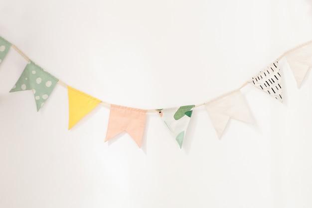 Стены украшены разноцветными флажками для детей. день рождения декор украшения флаги. Premium Фотографии