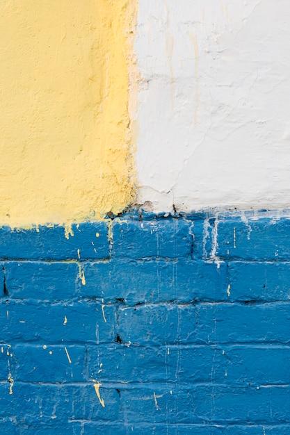 Parete con mattoni dipinti e cemento Foto Gratuite