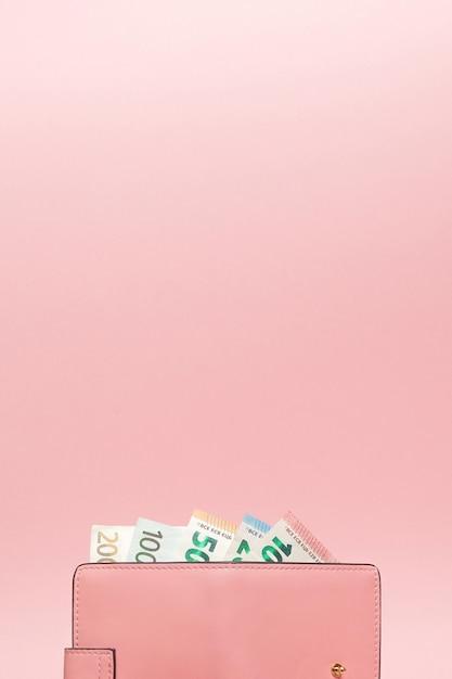 Кошелек с валютой евро на ярком синем фоне Premium Фотографии