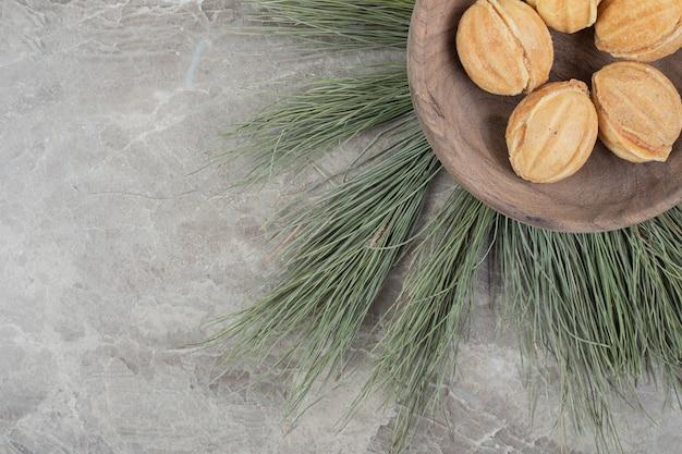 木製のボウルにくるみの形をしたクッキー。高品質の写真 無料写真