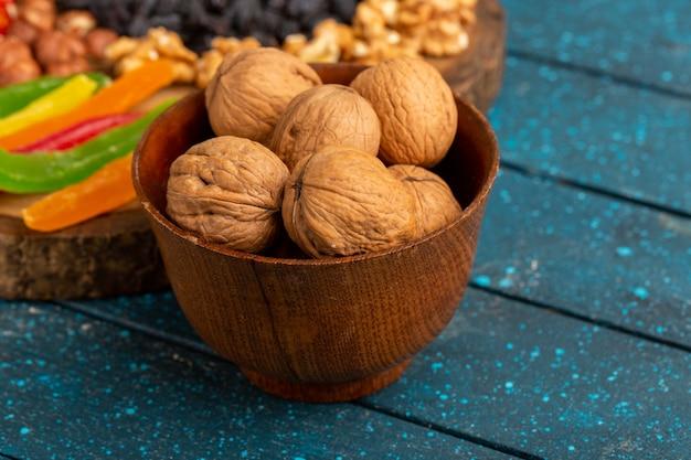 Грецкие орехи и мармелад на синем Бесплатные Фотографии