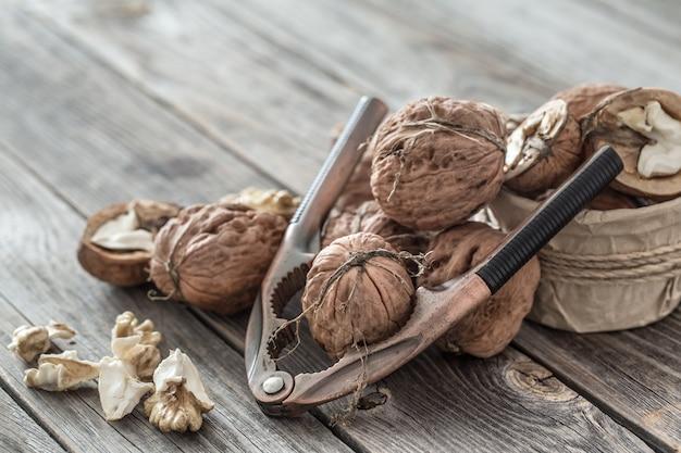 Грецкие орехи и щелкунчик на деревянном столе Бесплатные Фотографии
