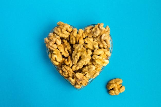 Грецкие орехи в форме сердца сверху Premium Фотографии