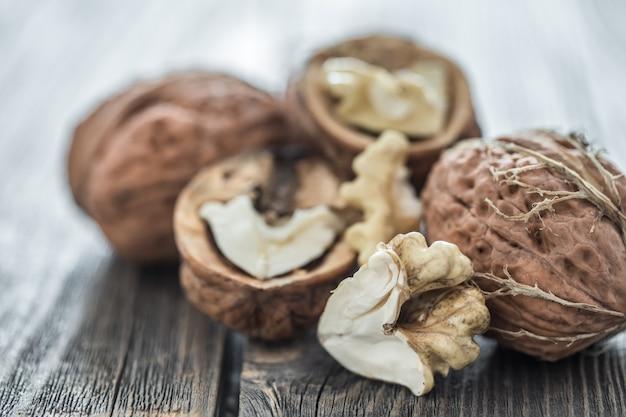 Грецкие орехи на деревянном столе Бесплатные Фотографии