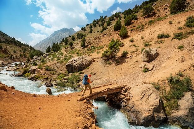 방황 시간. 타지키스탄 파미르의 아름다운 Fann 산에서 하이킹하는 남자. 중앙 아시아. 프리미엄 사진