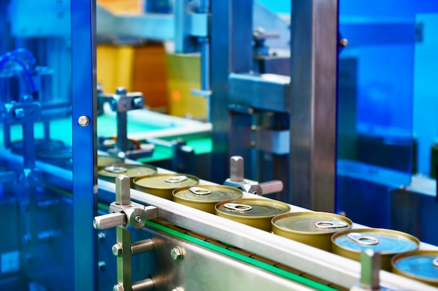 物流warehouse.parcels輸送システムコンセプトのコンベアベルトに缶詰食品。 Premium写真