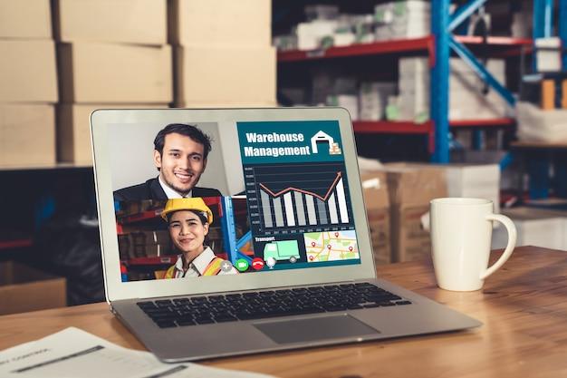 Персонал склада разговаривает по видеосвязи на экране компьютера на складе Premium Фотографии
