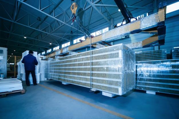 산업 제조소 작업장에 샌드위치 패널이있는 창고 프리미엄 사진