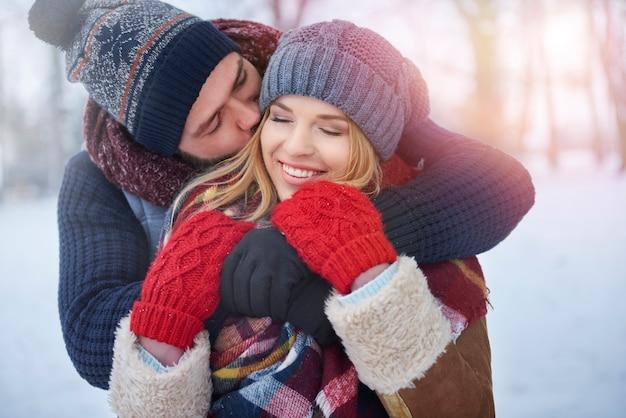 Vestiti caldi e caldi abbracci Foto Gratuite