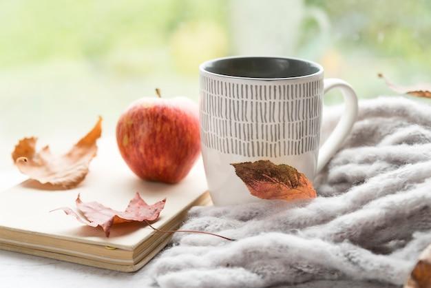 テーブルの上の温かい飲み物と暖かい組成 無料写真