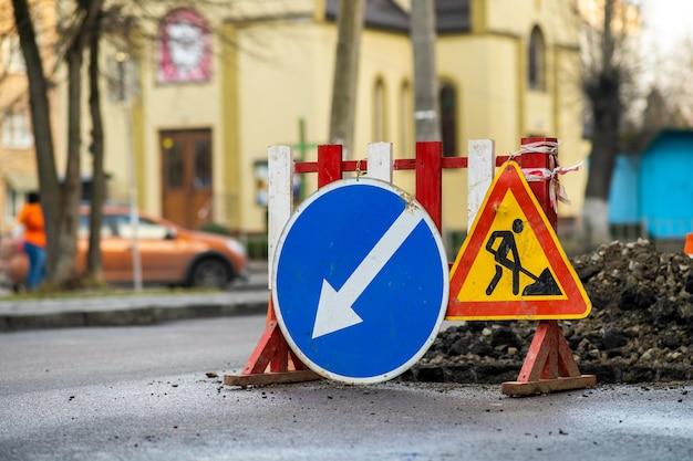 Предупреждающий дорожный знак на дорожно-строительной площадке Premium Фотографии