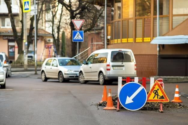 道路工事現場の道路標識を警告します。 Premium写真