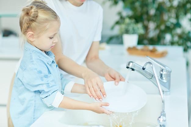 Washing dishes Free Photo