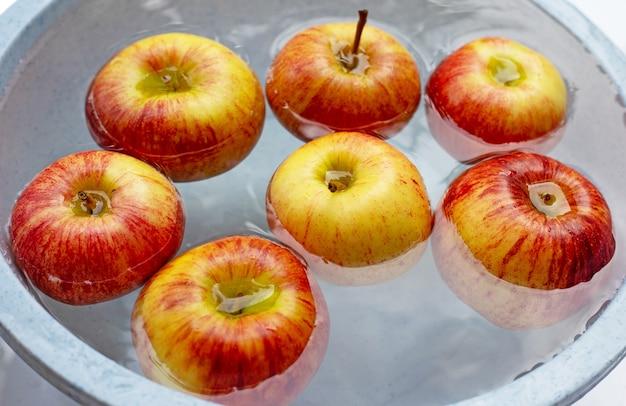 Мытье свежих яблок в воде Premium Фотографии