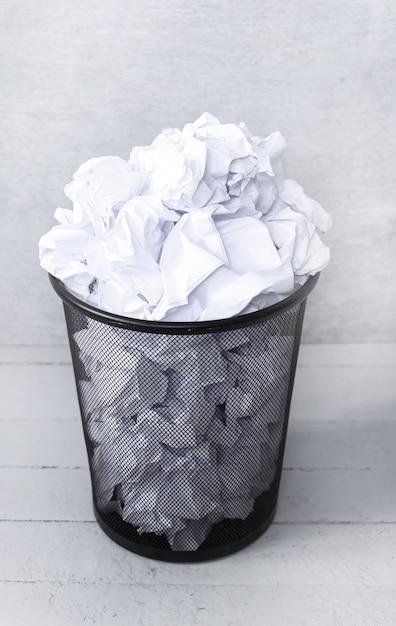 ゴミ箱に捨てられた紙 無料写真