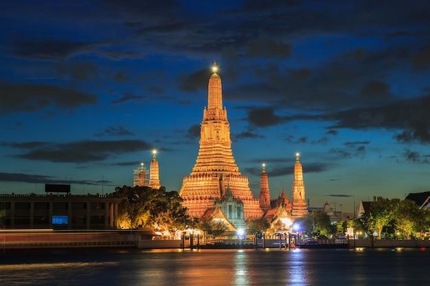 Wat arun buddhist religious places in twilight time, bangkok, thailand Premium Photo