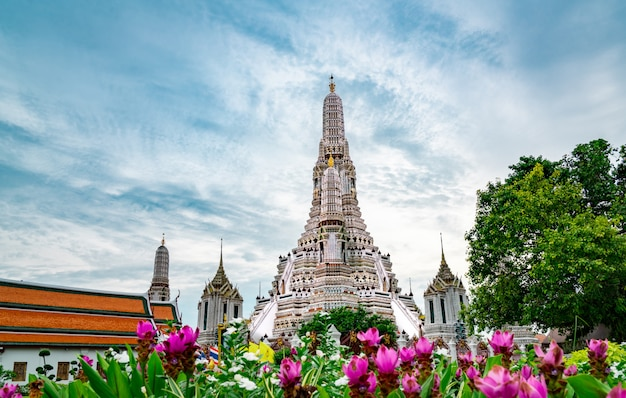 Wat arun ratchawararam with beautiful blue sky and white clouds. Premium Photo
