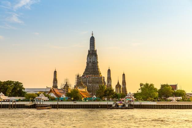 Wat arun temple, ancient thai budhism  temple near by river Premium Photo