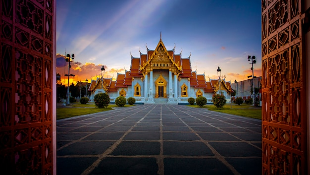 Wat benchamabophit, мраморный храм, одно из самых популярных туристических направлений в бангкоке, таиланд Premium Фотографии