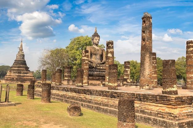 Храм ват махатхат в историческом парке сукхотай, таиланд в летний день Premium Фотографии