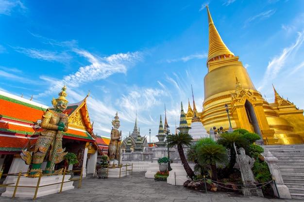 Wat phra kaew ancient temple in bangkok thailand Premium Photo