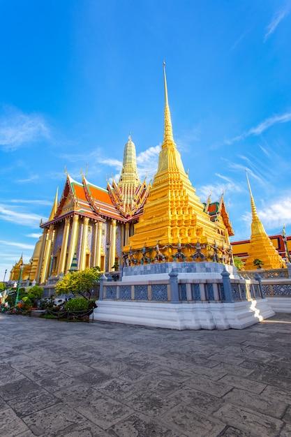 Wat phra kaew, temple of the emerald buddha, bangkok, thailand. Premium Photo