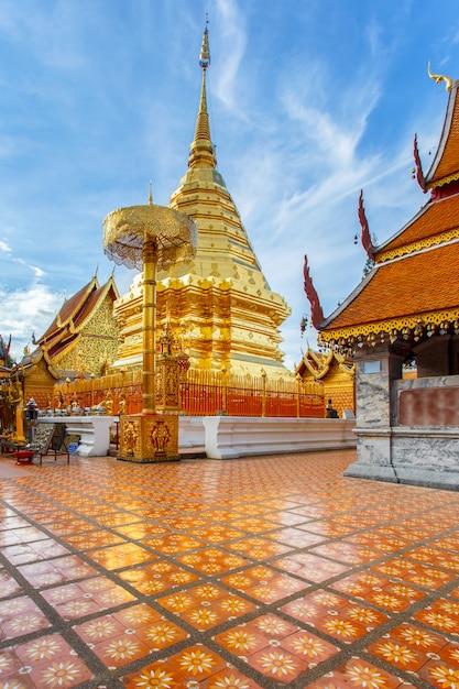 Wat phra that doi suthep является туристической достопримечательностью чиангмая, таиланд Premium Фотографии