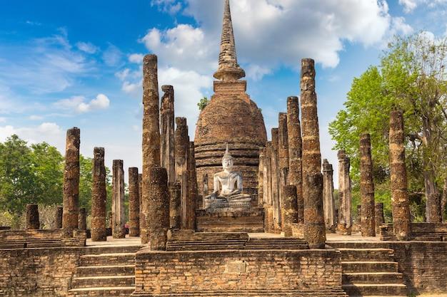 Храм ват са си в историческом парке сукхотай, таиланд Premium Фотографии