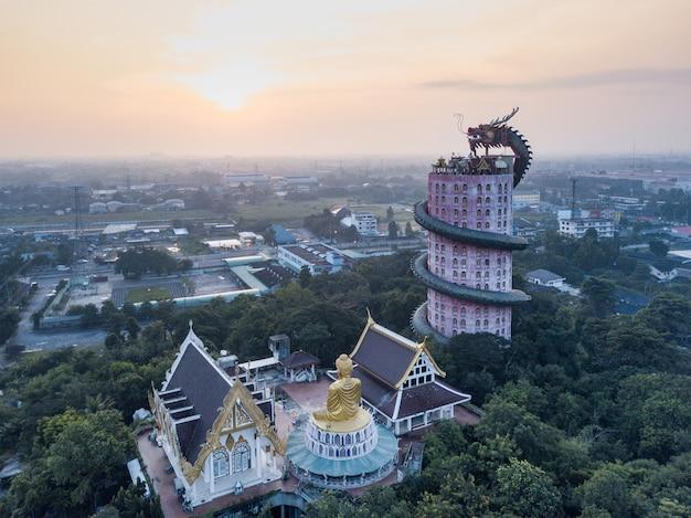 Вид с воздуха wat samphran, виска дракона в районе сэм phran в провинции nakhon pathom около бангкока, таиланда. Premium Фотографии