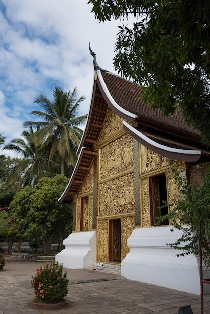 仏教寺院、wat xieng thong寺院、ルアンプラバン、ラオスの彫刻されたファサード Premium写真
