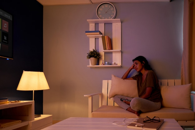 Guardare la tv di notte Foto Gratuite