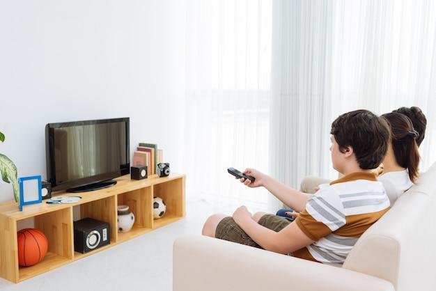 Смотря телевизор Premium Фотографии