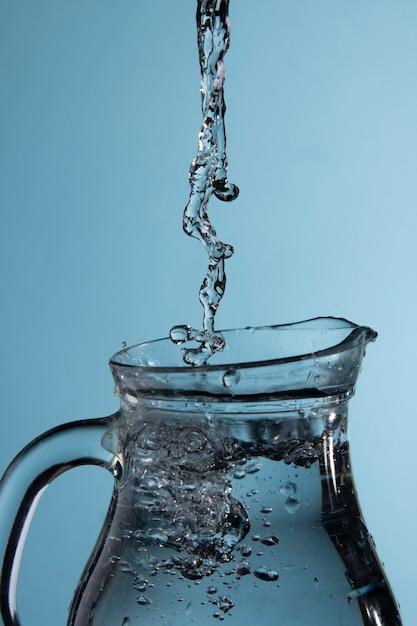 L'acqua viene versata nella brocca Foto Gratuite