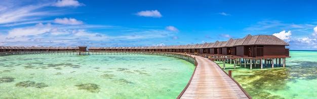 Водные бунгало на тропическом острове на мальдивах Premium Фотографии
