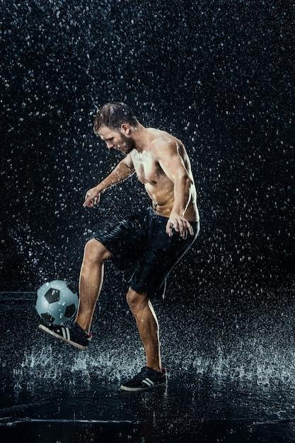 Вода падает вокруг футболиста Бесплатные Фотографии