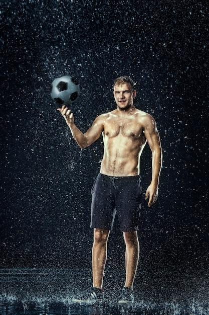 サッカー選手の周りの水滴 無料写真