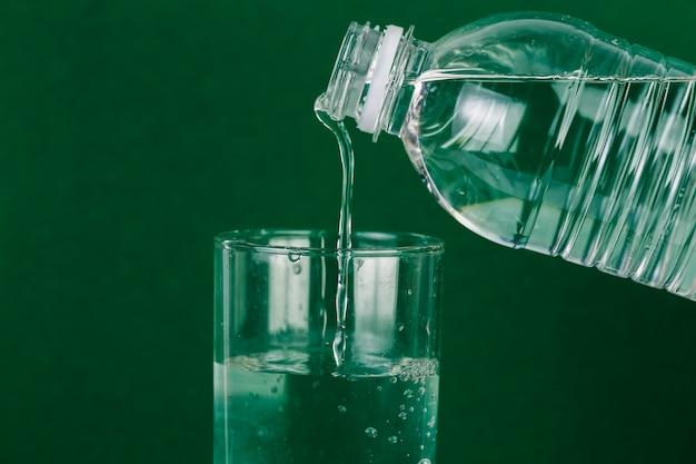 Вливание воды в стекло Бесплатные Фотографии