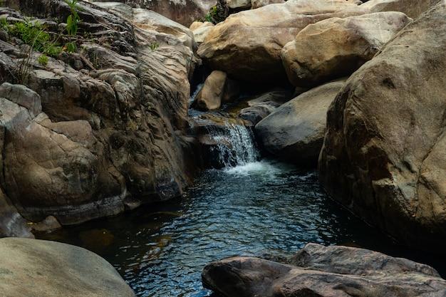 ベトナムの岩の真ん中の水流 無料写真