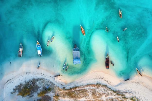 夏の夕暮れ時の澄んだ紺waterの水で漁船の空撮 Premium写真