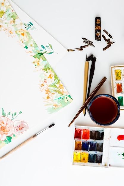 흰 벽에 수채화 물감 브러쉬 아트 세부 사항 무료 사진