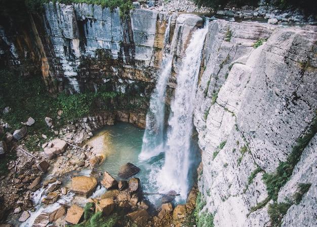 ロッキーマウンテンズビューの滝 Premium写真