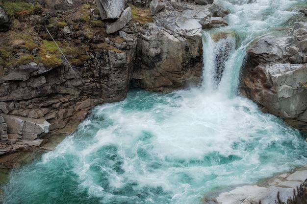 滝の山をクローズアップ。山川の滝の眺め。滝の川のシーン Premium写真