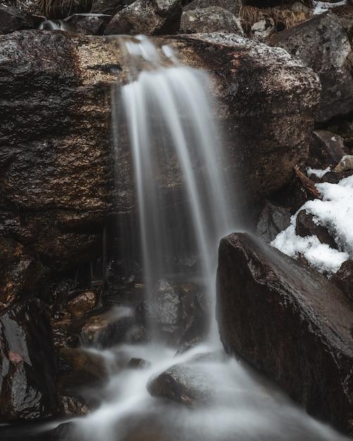 長時間露光で滝のショット 無料写真