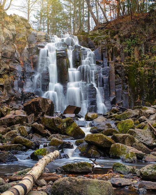 Каскад водопадов в осенний сезон цвета в лесу недалеко от владивостока, россия Premium Фотографии