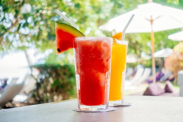 グラスを飲むのwaterlemonとオレンジジュース 無料写真