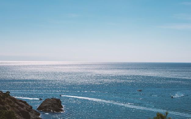 日当たりの良い熱帯の海の波水表面のテクスチャ。 Premium写真