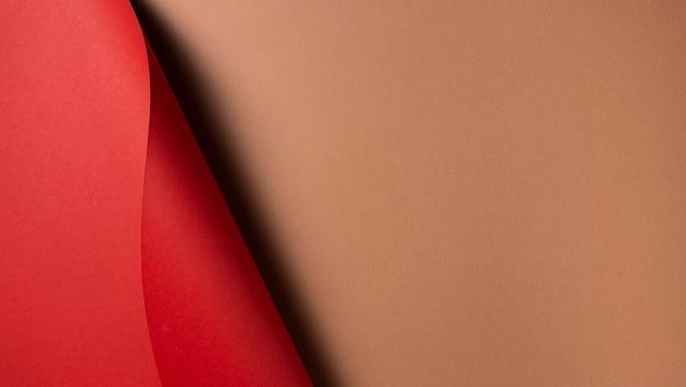 波状の赤い紙とコピースペースの茶色の紙 Premium写真