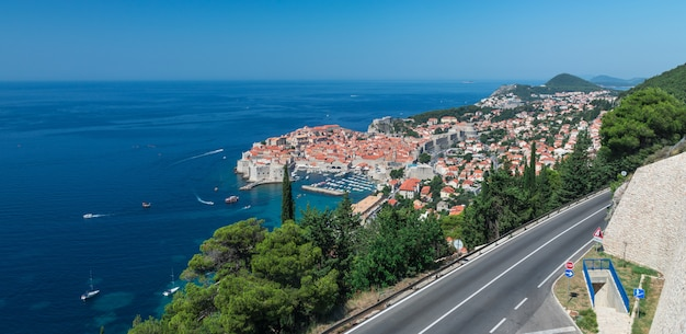 The way to old town of dubrovnik in croatia Premium Photo