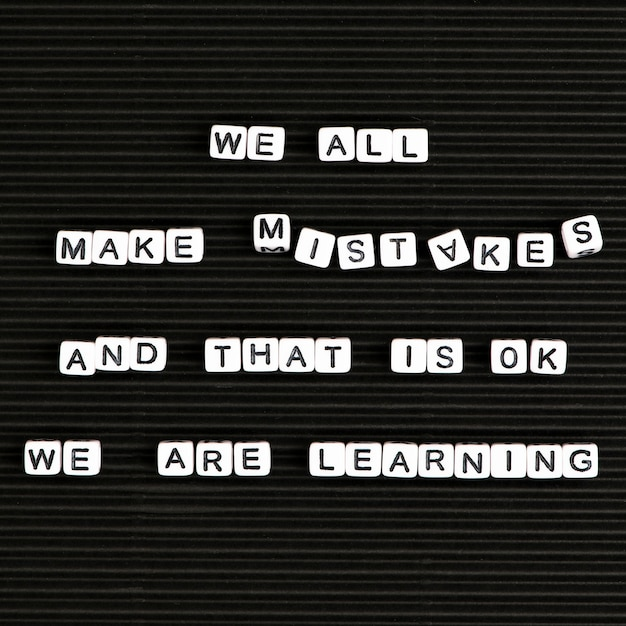 私たちは皆間違いを犯します、そしてそれは私たちが文字ビーズのテキストタイポグラフィを学んでいるのは大丈夫です 無料写真