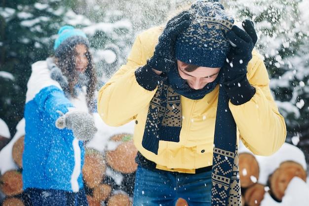 最初の雪が降ったとき、私たちは子供のように感じます 無料写真